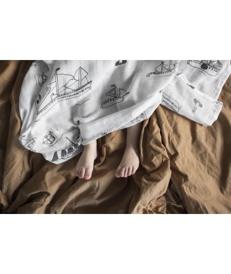 Dětská mušelínová plena Ohoy grey in a bed